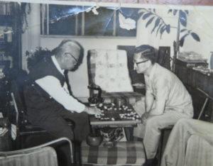 囲碁をする彦平(左)とジョゼ(1969年12月、ジャナイーナさん所蔵)