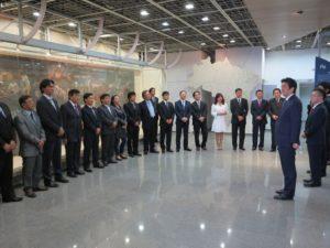 2014年8月、ずらりと並んだ日系の連邦下議、州議、市長、市議らを前に、挨拶する安倍首相