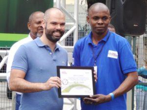 2018年の難民サッカーワールドカップでブルーノ・コバス市長から感謝状を受け取るジャンさん