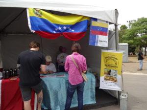 イベントでベネズエラ料理店のブース