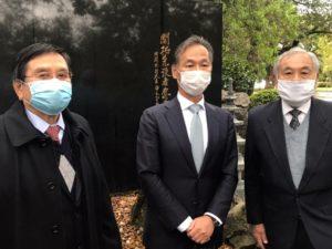 左から県連市川会長、桑名総領事、和歌山県人会の谷口会長