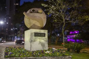 間部学さんの作品彫刻の高さは約2メートル (Pedro RibasSMCS)
