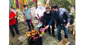 中央が逢坂神主、その手前で燃える火に短冊を投げ込んでいるのが池崎博文会長、その右が羽藤市議