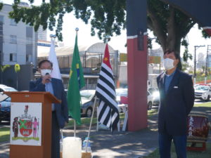 開会式の様子。左から岩本邦三会長、南洋行市議会議員