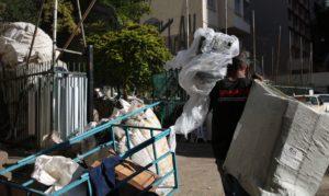 ゴミ捨て場に捨てられた再生資源ごみを集める男性(Rovena Rosa/Agencia Brasil)