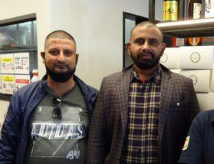 (左から)ドゥワジさんとサプコタさん