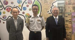 左から日下野理事長、金井駐在官、清原会長
