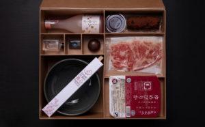 スキヤキ・ラーメンの食材やデザート、酒が同梱される真心の箱
