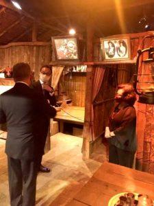 サッペー小屋で説明を受ける総領事(左奥)