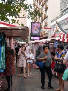 民芸品などの出店屋台が並ぶ区域