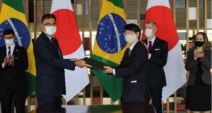 式典で署名を交わす副次官と山田大使(大使館提供)