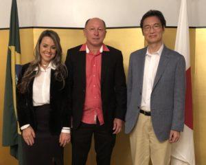 左から妻のリリアン氏、アルシンド氏、高木総領事