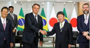 左から西森下議、ボルソナロ大統領、茂木外相、アラウージョ外相ら(プラナルト宮、Fotos: Marcos Corrêa/PR)