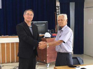 力強く握手する多田新会長(左)と千田前会長