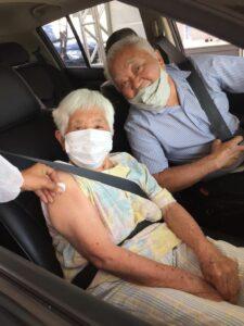 接種したばかりの108歳のトシさんと長男のツトムさん