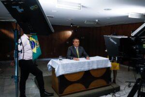 予防接種を擁護する発言を行う大統領(23日、Isac Nobrega/PR)