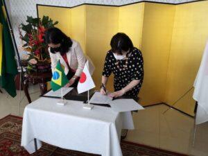 「ロンドニア日伯文化協会多目的施設建設計画契約」署名式の様子