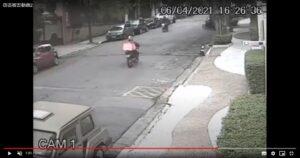 事件近くの防犯カメラの映像で被害者を襲う直前の強盗二人。一方通行の路を逆走するバイクと右上あたりで路肩に停止しているバイク(在サンパウロ総領事館からの注意喚起メール添付動画より)