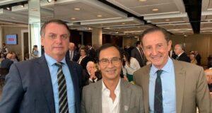 サンパウロ工業連盟(FIESP)での昼食会でボルソナロ大統領(左から)と水谷氏、パウロ・スカッフェ工業連盟会長(パウリスタカラオケ連盟のサイトより)
