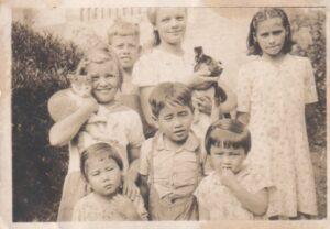 私たちとガスパール家の子供たち。前列左から栄子、恒成、よし子