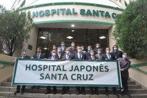 病院の前で記念写真