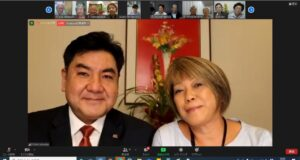 上原会長と妻モニカ氏