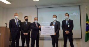 写真は左から、佐藤マリオ理事長、辻マルセロ院長、石川レナト評議会議長、桑名総領事(在サンパウロ総領事館提供写真)
