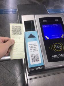 QRコード式メトロ切符と改札のコード読み取り機