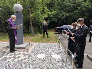 国際共同供養墓の前で家族が葬儀をする様子