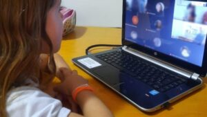 コロナ禍で電子機器に向き合う機会が増えた子供達(Arquivo/Agência Brasil)