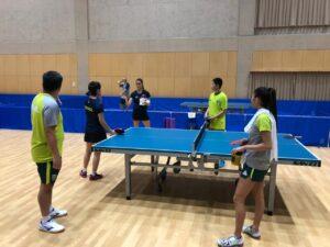 練習中のオヤマ監督とブラジル女子卓球代表メンバー(写真提供:オヤマ・ウーゴ)