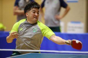 卓球の練習するオヤマ・ウーゴさん(写真提供:オヤマ・ウーゴ)