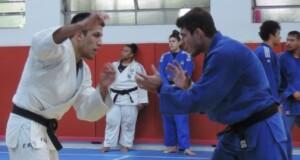 練習するユージ選手(左)