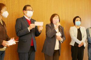 グループ・しあわせから小切手を受け取る税田会長