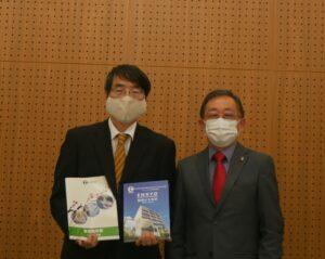 山田特命全権大使(左)に記念誌を贈呈した税田会長
