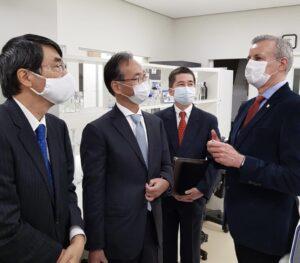 説明を聞く山田大使(左から)、桑名総領事、江口所長