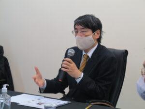 「実現可能かしっかり検討を」とアドバイスする山田大使