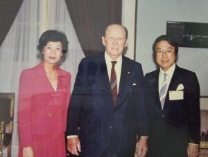 上島達司UCCグループ会長(右)と、当時のストロスネル大統領(提供写真)