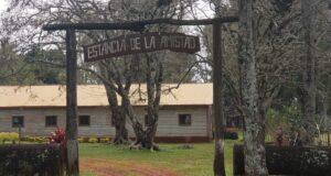 「CAYSA農場」(Compañía Agropecuaria Yguazú S.A. イグアス農牧株式会社)の入り口(提供写真)