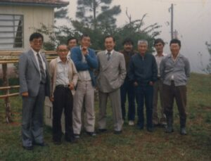 キノコ栽培の先駆者橋本、古本の先人とともに、1960年代初頭のサンタモニカ農場での同志集会。左から野澤、橋本、右三人目が古本