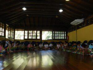 僧堂で座禅体験をする生徒たち(禅光寺提供写真。撮影=Vitor Nogueira)