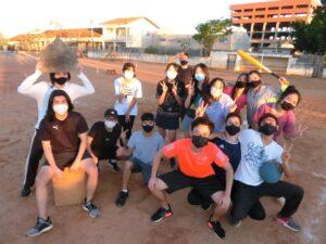 冬休みに学校に野球をしに遊びに来た在校生&卒業生(12~24歳の17人、提供写真)