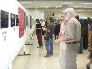 過去に開催された文協総合美術展の様子