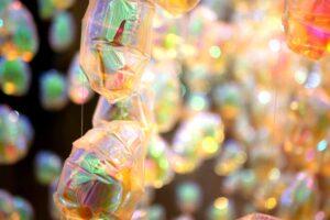 虹色の輝きを放つ風船