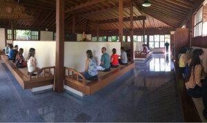 僧堂で座禅を組む人たち(禅光寺提供写真。撮影=Vitor Nogueira)