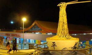 カンポ・グランデ中央市場前の巨大な沖縄そばのモニュメント