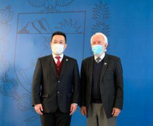 左から永田所長、ビアナ副知事