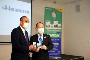 サロンパスを受け取る佐藤理事長(左)と平松社長