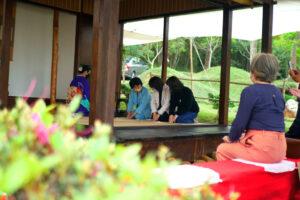 林まどか文協理事と共に茶会に参加する首席領事等