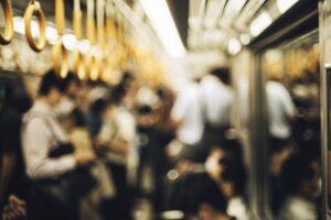 電車に乗る人々(photoBさん、写真ACより)